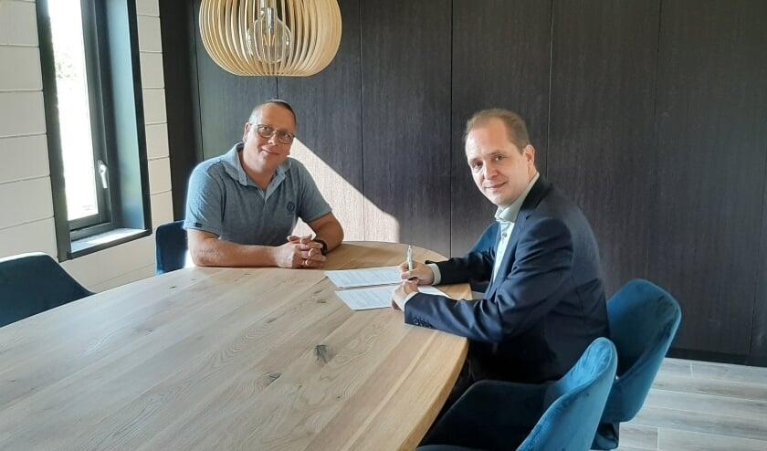 <p>Ronald van der Wel en Marc de Kok tekenen het sponsorcontract.</p>
