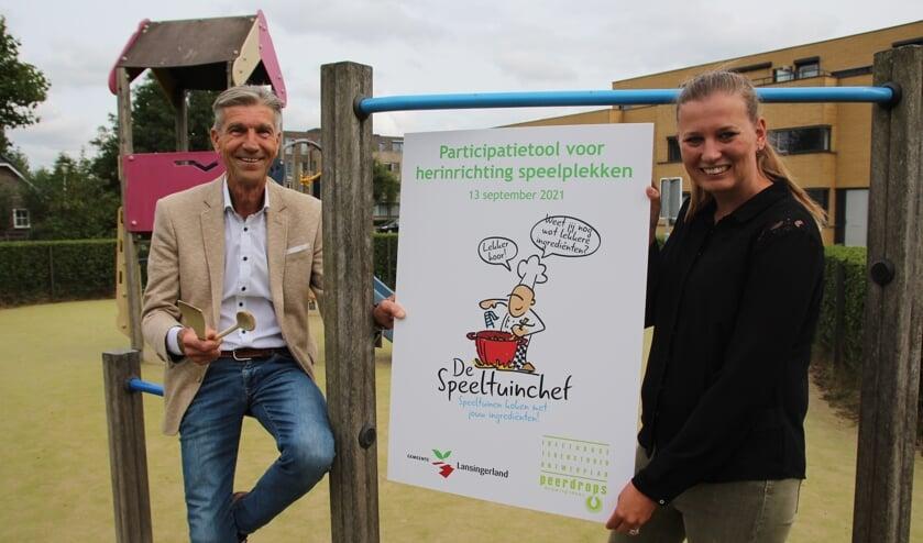 Wethouder Simon Fortuyn en 'speelsplekprojectleider' Eveline van der Velden bij de speelplek aan de Lingestraat in Berkel. (Foto: SO)
