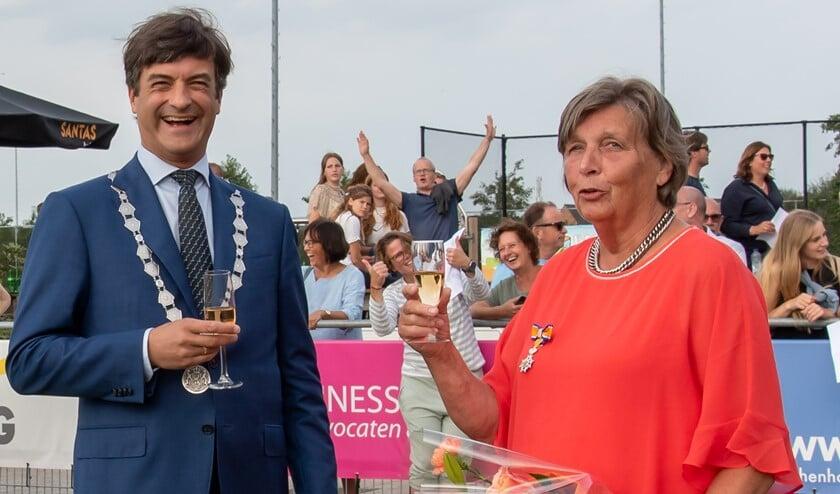 <p>Burgemeester Van de Stadt proost met Gerrie van der Windt met een glaasje prosecco. (Foto: Erik van Dort)</p>