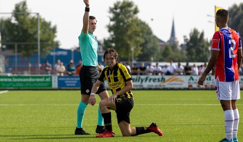 <p>Een verdediger van TAC&#39;90 krijgt een gele prent. (Foto: Ron Fruining) </p>