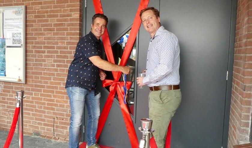 <p>Evert Jan van Vloten (rechts) en Charles van Vlijmen openen het vernieuwde clubhuis.</p>
