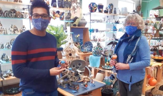 <p>Sandav Liyange en Tineke de Jong: Wereldwinkel is weer veilig open!</p>