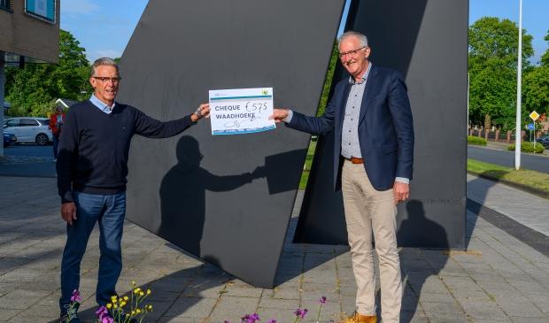 Dick Nauta neemt namens de Aerden Plaats de cheque in ontvangst van Wethouder Dijkstra