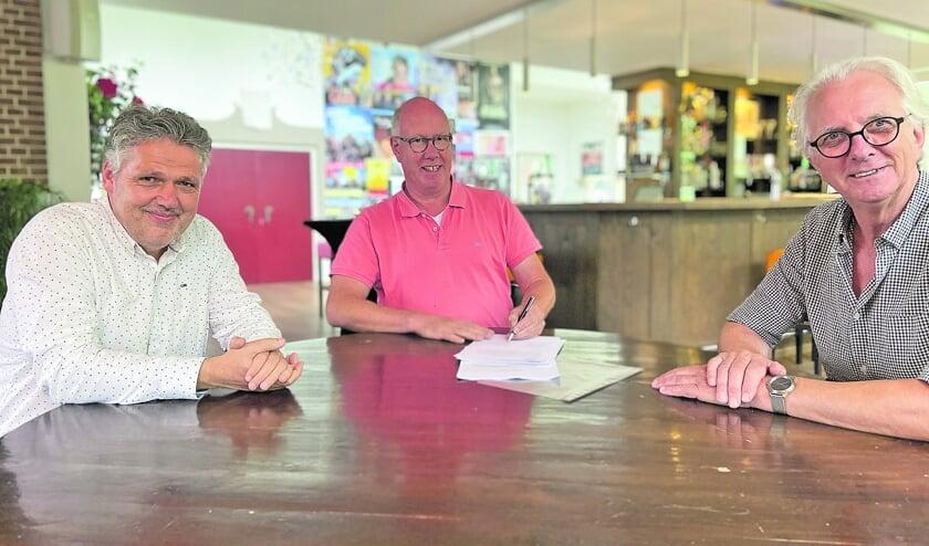 V.l.n.r.: Wim Lagendijk, penningmeester Theater Concordia, Rob van Zuijlen, gastheer Grand Café en Theater Concordia en Jan Hoogendoorn, voorzitter Theater Concordia ondertekenen het samenwerkingscontract.
