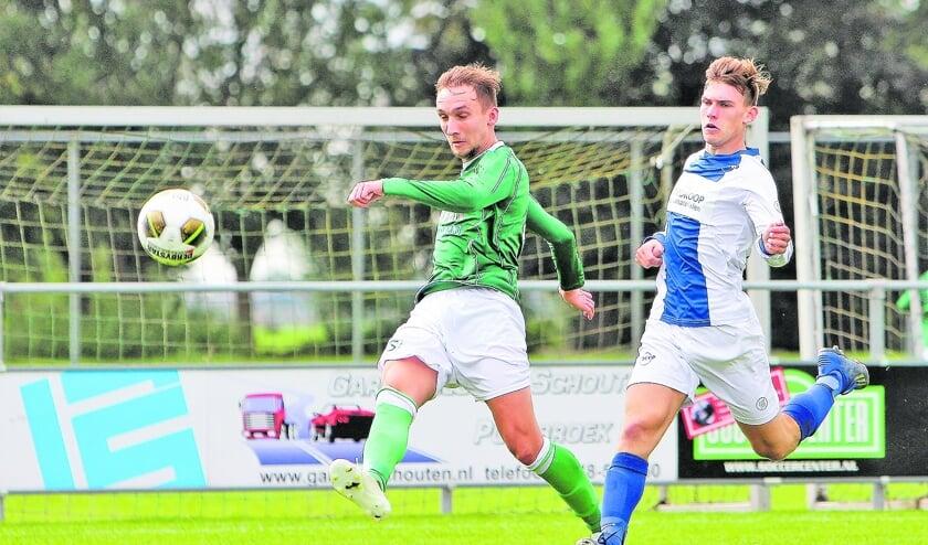"""<p pstyle=""""BODY"""">Twan Koorevaar in de aanval en langs zijn tegenstander Michel van der Elst.</p>"""