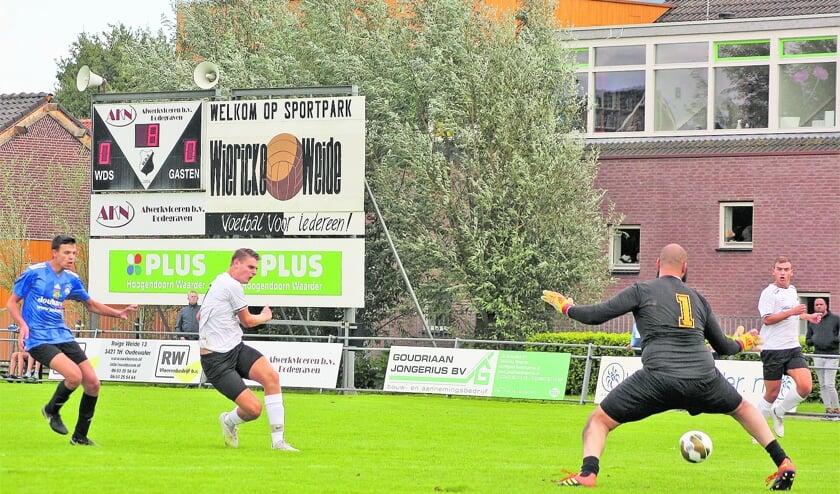 <p>Elwin van der Stigchel passeert doelman Sharif Jacobs na aangeven van Mike van der Steen (re).</p>