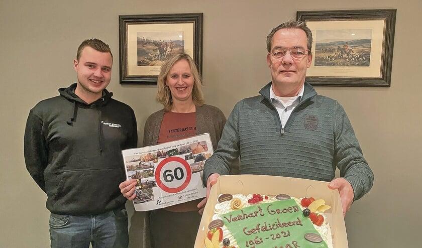 """<p pstyle=""""BODY"""">Verhart Groen BV 60 jaar een begrip - dat werd gevierd met taart. Van links naar rechts - zoon Thijs Verhart, Leontine en Peter Verhart.</p>"""
