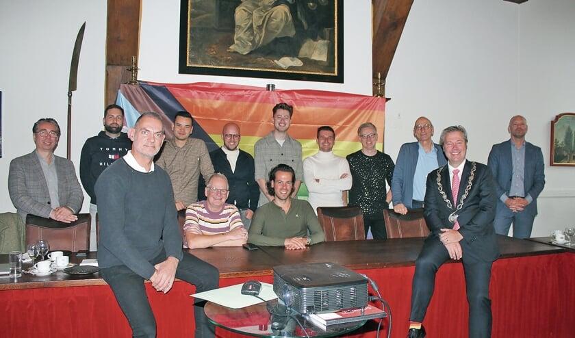 """<p pstyle=""""BODY"""">Een aantal van de genodigden op het regenboogontbijt; op de voorgrond links Hans Verhoeven.</p>"""