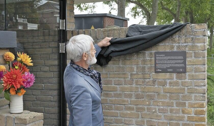 "<p pstyle=""BODY"">Herman Groothuis onthult het monumentenbordje.</p>"