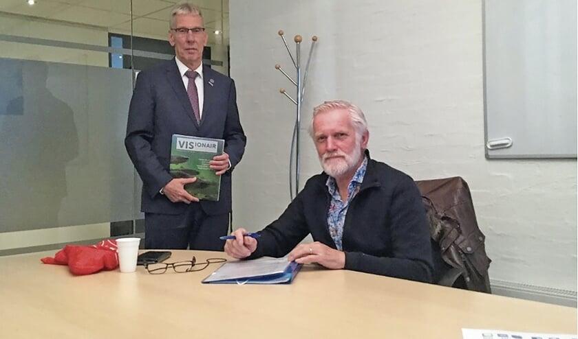 """<p pstyle=""""BODY"""">Ondertekening visrechten door wethouder H. van Wiggen en de voorzitter van HSV Montfoort de heer P. Schouten.</p>"""