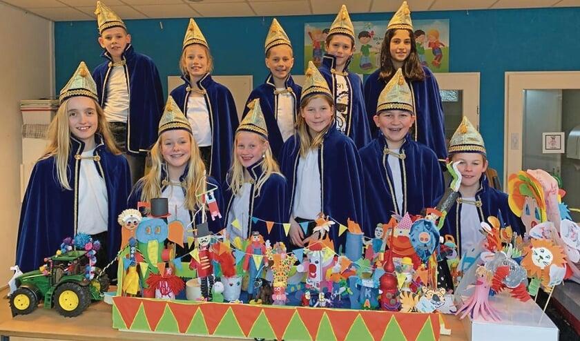 """<p pstyle=""""BODY"""">De Raad van 11 met de eigen miniatuurs carnavalscreaties.</p>"""