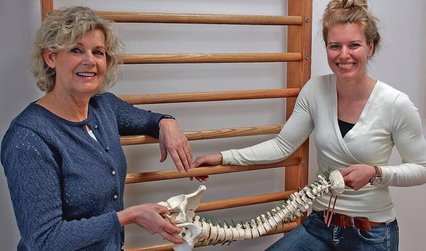 """<p pstyle=""""BODY"""">Christien Mastwijk draagt haar taken symbolisch over aan Lianne Hoek.</p>"""