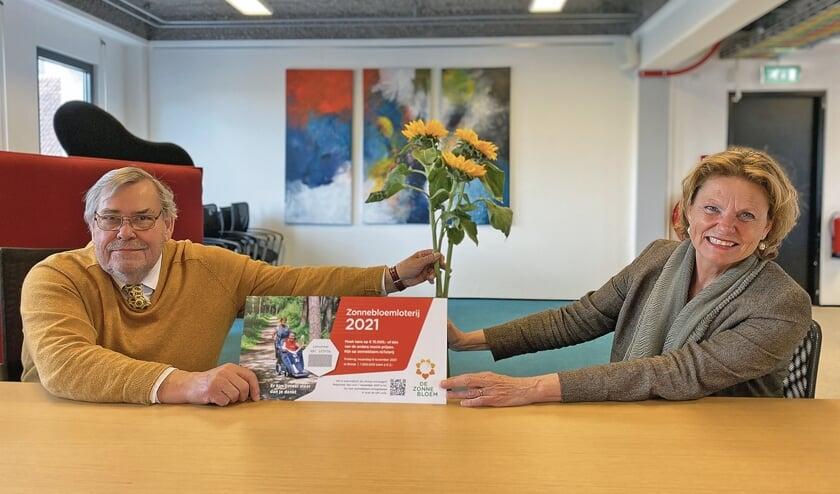 """<p pstyle=""""BODY"""">Voorzitter Andries Siderius overhandigt een eerste zonnebloemlot aan burgemeester Petra van Hartskamp.</p>"""