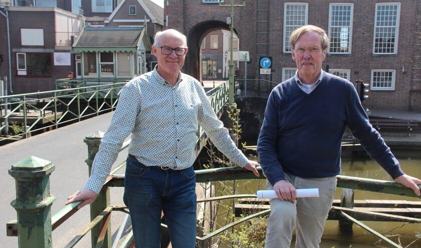 """<p pstyle=""""BODY"""">Peter Versloot (L) en Gerard Rozendal (R) met op de achtergrond het bedreigde brugwachtershuisje.</p>"""