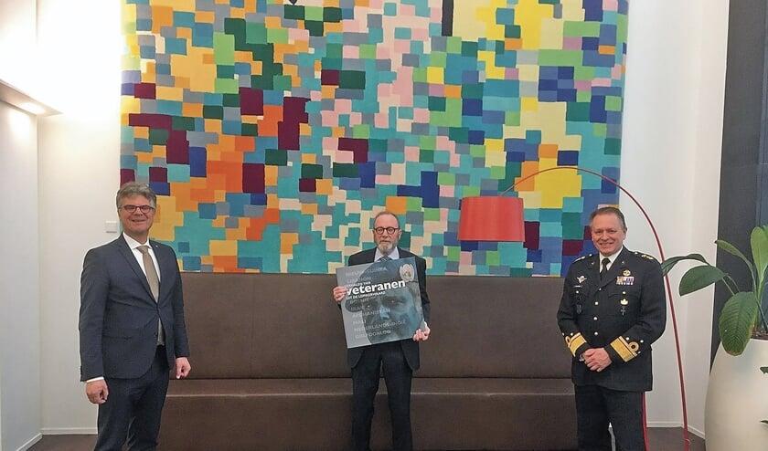 """<p pstyle=""""BODY"""">V.l.n.r.: Hans Oosters, voorzitter Veteranenstichting Lopikerwaard Bert Jansen, generaal Frank van Sprang.</p><p pstyle=""""BODY"""">Bert Jansen heeft voor de foto speciaal een extra groot exemplaar van het boek laten drukken. De echte boeken zijn half zo groot.</p>"""