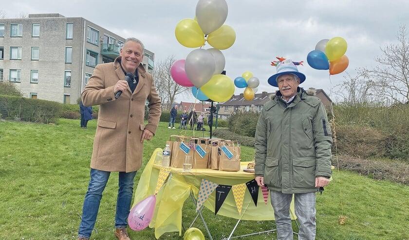 """<p pstyle=""""BODY"""">Jarige job Theo Pijper met zanger Marcel van Sas die op zijn verjaardag kwam optreden.</p>"""