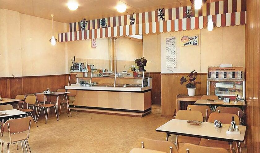 """<p pstyle=""""BODY"""">In de jaren &#39;60 opende Gert Nederend naast zijn zaak een cafetaria dat hij de naam &#39;Arminius&#39; gaf. Op de foto is rechts de jukebox goed te zien. De &#39;Eenarmige bandiet&#39; die ook veel aantrekkingskracht had, is op deze foto nog niet aanwezig.</p>"""