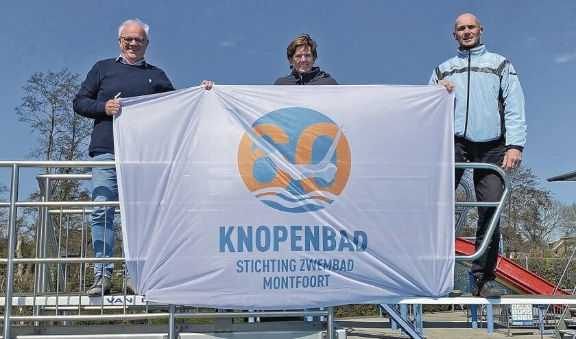 """<p pstyle=""""BODY"""">Jos van Zijl, Monique Vernooij en Rene Peters houden de jubileumvlag vast.</p>"""