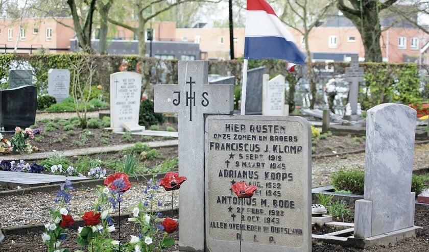 <p>Op de foto de grafzerk die ons herinnert aan het drietal, die net als meerdere stadsgenoten als dwangarbeiders naar Duitsland werden weggevoerd.</p>