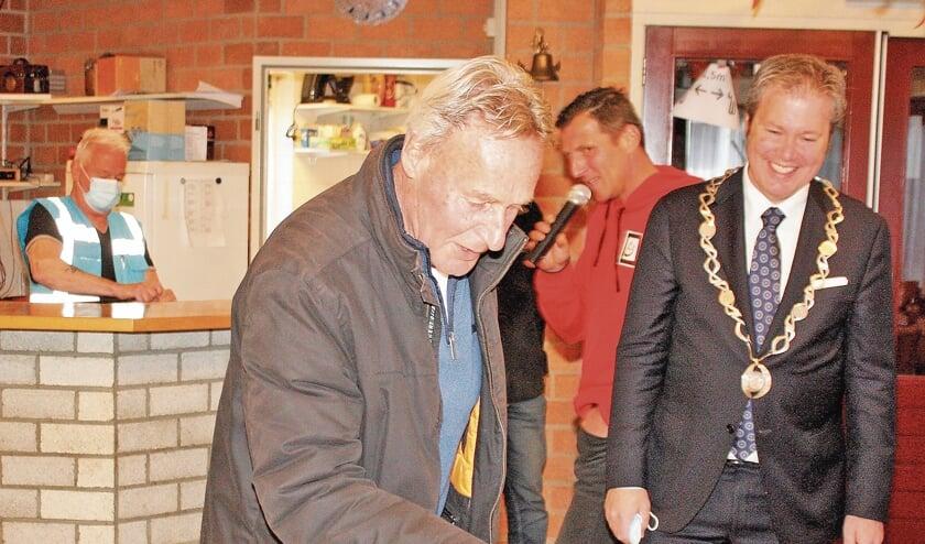 <p>De door bakker Stijnman geschonken taart werd door oud-voorzitter Nico Kool en de burgervader aangesneden.</p>