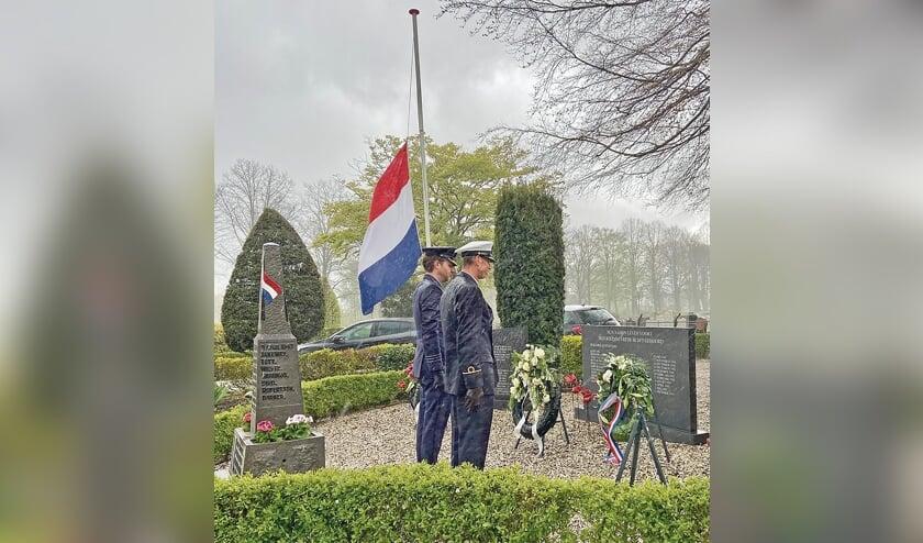<p>In Oudewater legden Rob Vianen en Willem van Amerongen - ondanks de stromende regen - een krans namens de veteranen.</p>