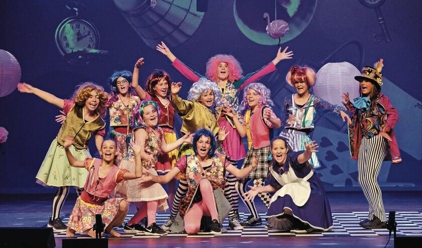 <p>In kleurrijke decors en met prachtige kostuums aan stonden de kinderen te stralen als echte musicalsterren.</p>