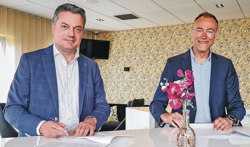 """<p pstyle=""""BODY"""">Wim Kulik en Gerwin Kamps (rechts) zetten officieel de handtekening.</p>"""
