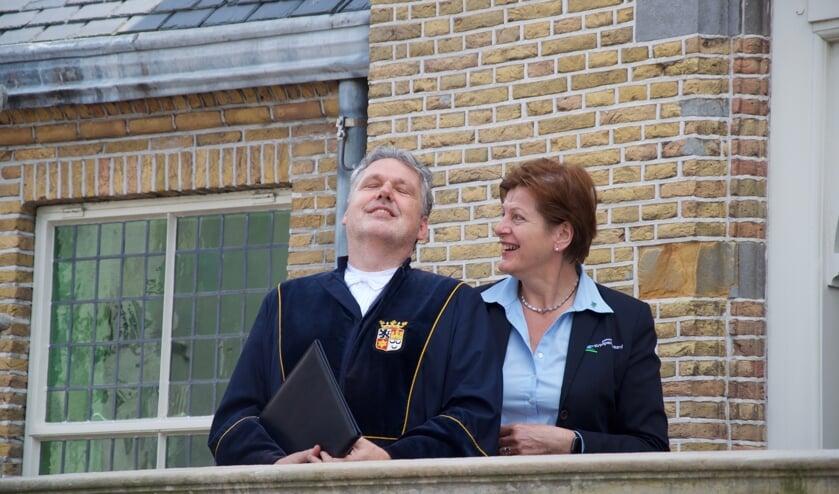 <p>Trouwambtenaar Wim Lagendijk en de bode mevrouw Corrie Nobel zijn er blij mee&hellip; Eindelijk weer een huwelijksvoltrekking in Haastrecht.</p>