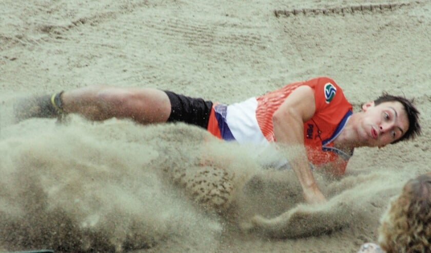 "<p pstyle=""BODY"">Thomas van Midden landt na 20.84 in het zandbed.</p>"