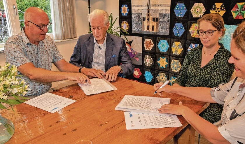 Van links naar rechts Ruud Heemskerk en Aad de Greef (van het bestuur van Hospice Oudewater), Marianne Verboom en Carolien van den Boogert (Jasmijn); foto Bert van der Horst