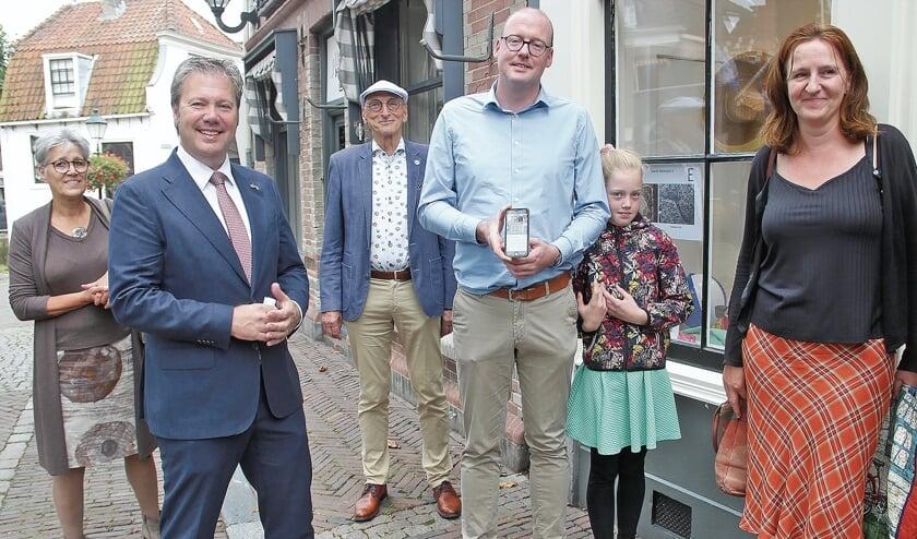 """<p pstyle=""""BODY"""">Wethouder Bas Lont toont de app op zijn mobiel voor het bezoek van het gezelschap aan de plafondschilderingen in Markt West Zijde 5.</p>"""