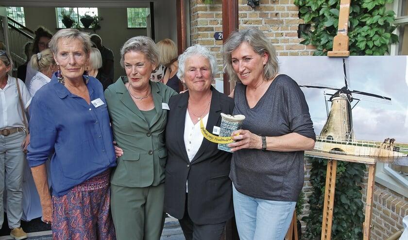 """<p pstyle=""""BODY"""">De organisatoren samen met Emmy van Vliet</p>"""