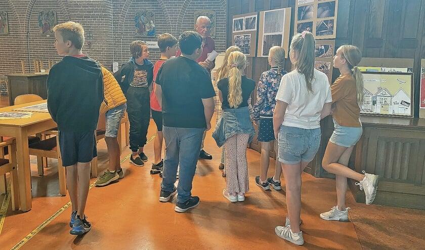 """<p pstyle=""""BODY"""">Aandachtig luisterden kinderen van groep 8 van de Graaf Jan van Montfoort school naar de uitleg van Sjaak Spruijt.</p>"""