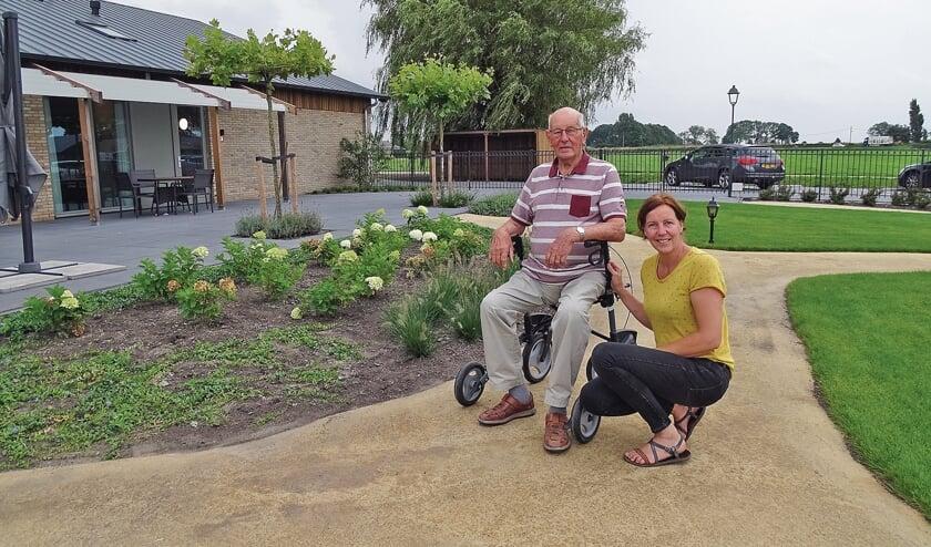 """<p pstyle=""""BODY"""">Petra Blom met bewoner dhr. De Mik. De heer De Mik verzorgt graag de tuin. Samen met wethouder de Kok knipte hij het lintje door.</p>"""