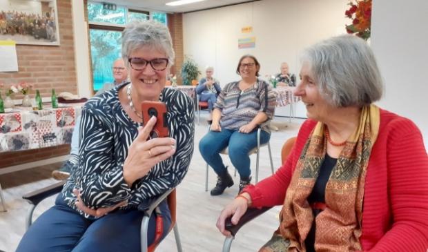 <p>Ineke Schols (l.) en Miecke Monden horen het goede nieuws. </p>
