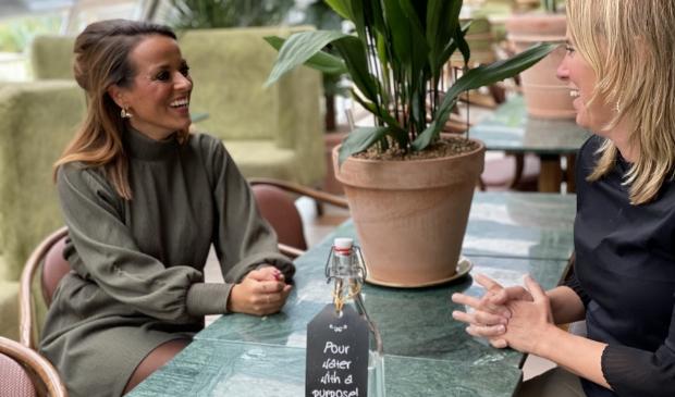 <p>Overhandigen van de fles aan Sandra van de Sande van Carlton President Hotel</p>