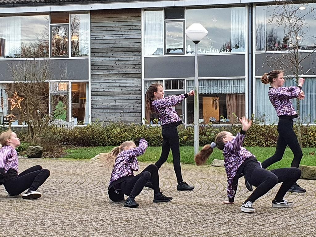 Optreden buiten in de kou voor bewoners 't Kampje Olga van Koningsbrugge © Van Dijk Grafimedia BV