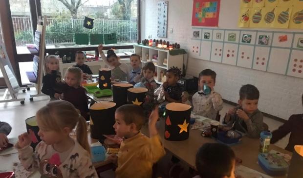 Kinderen van de Zilvermaan ontbijten in de klas