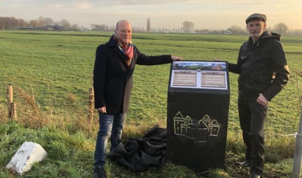 <p>Burgemeester Maarten Divendal en initiatiefnemer Arnold Berkhout bij het infopaneel </p>