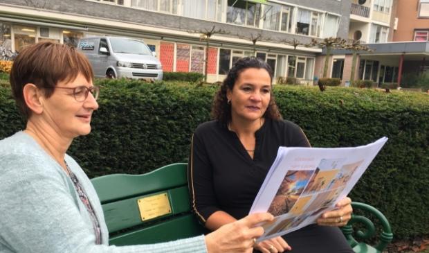 <p>Veronica Groen in &rsquo;t Wout en Angela Groothedde buigen zich over de interieurschetsen foto Jos Borghols</p>