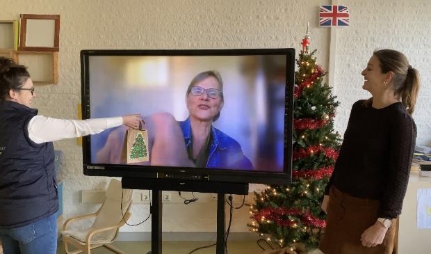 Jjuf Karin en een medewerker van InteraktContour overhandigt digitaal het eerste pakketje met een zelfgemaakte kerstkaart, eenkerstlichtje en kersthanger aanhet managementteamvan InteraktContour.