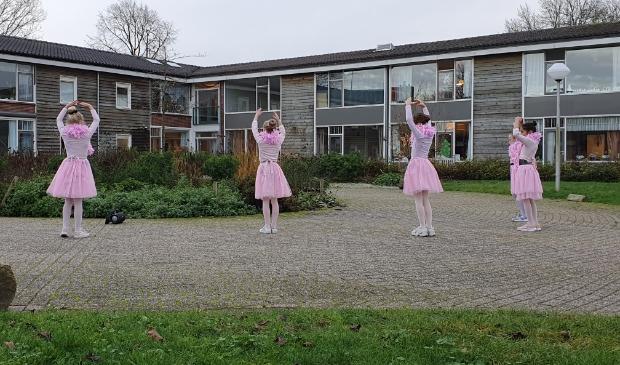 Jonge balletdanseressen treden buiten op