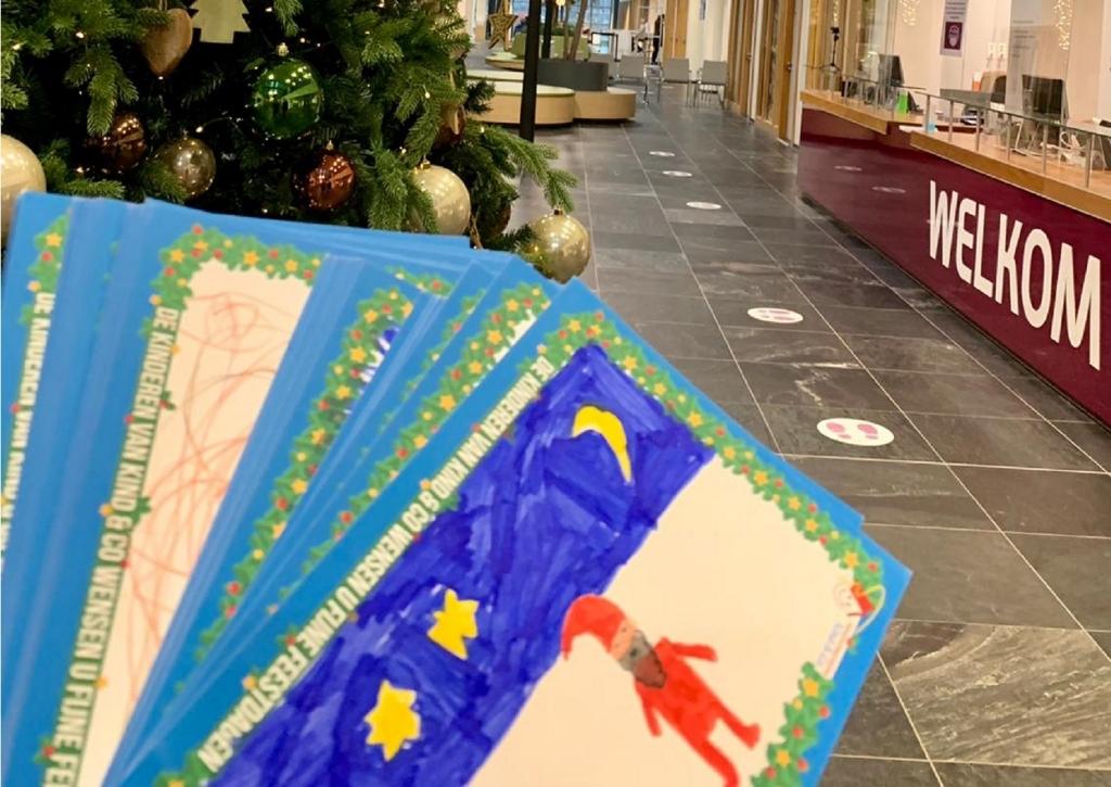 de kerstkaarten worden afgegeven bij het ziekenhuis Ilona © Van Dijk Grafimedia BV