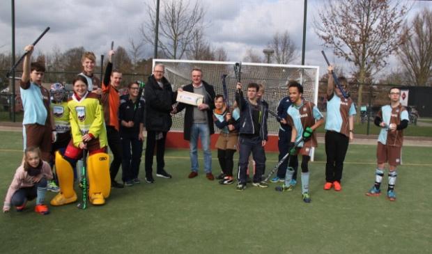 (op de foto: een aantal spelers van G-Hockey, Rotary inkomend voorzitter Eric Jan van Ditzhuijzen (rechts) en G-Hockey voorzitter Patrick de Bruijn (link