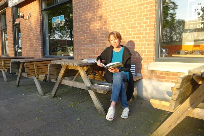 Paula Swieringa met haar boek. Marjolijn Swieringa © Van Dijk Grafimedia BV