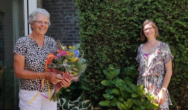 Maria Bartels (met bloemen) neemt afscheid van Annemarie Murk van WIL