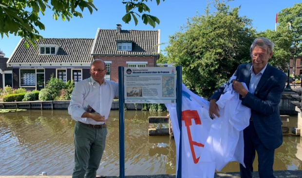Burgemeester Maasrten Divendal en SOHW-directeur Bernt Feis onthullen het bord bij de steiger in Abcoude