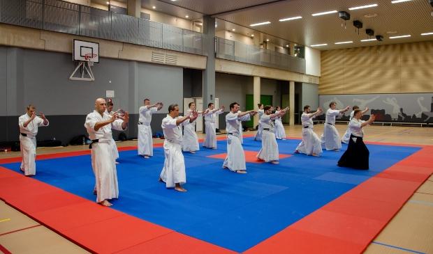 Onder begeleiding van een sensei trainen we hier de Aikiho, de coordinatie van beweging en adem