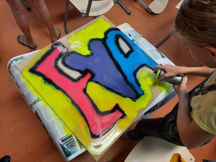 Graffiti spuiten Hilda Lubberts © Van Dijk Grafimedia BV