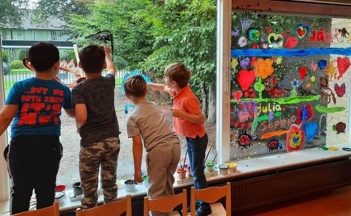 Kleuters verven op de ramen Hilda Lubberts © Van Dijk Grafimedia BV